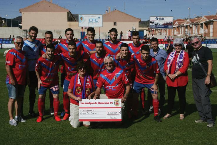Los Amigos present cheque for €8000 to Mazarron FC